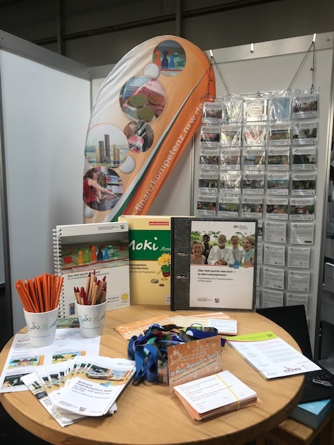 Finanzkompetenzstand-Praxishandbuch, Quiz-Fragen für die Tombola und Flyer. Foto: NUA