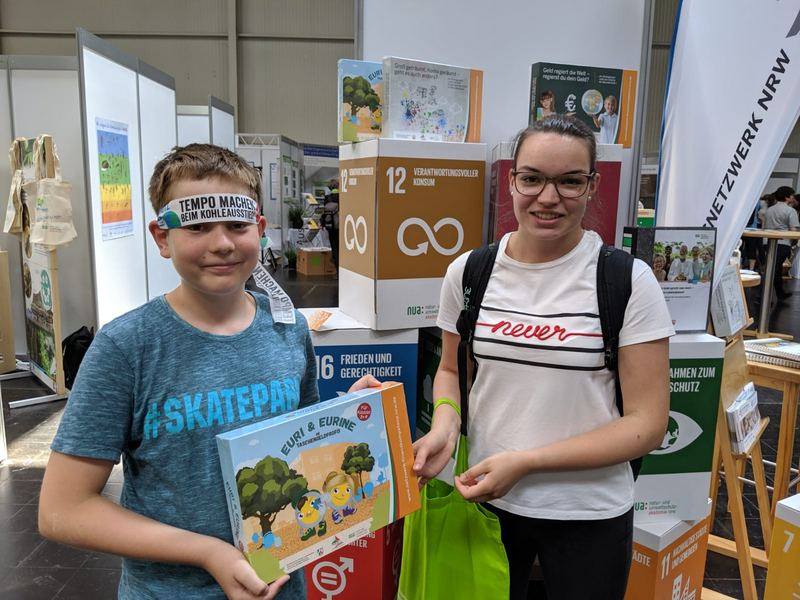 Referendarin aus Hessen und ein Gewinner der Tombola. Foto: NUA